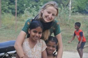Chloé, volontaire française avec Anjili et Mageshvari